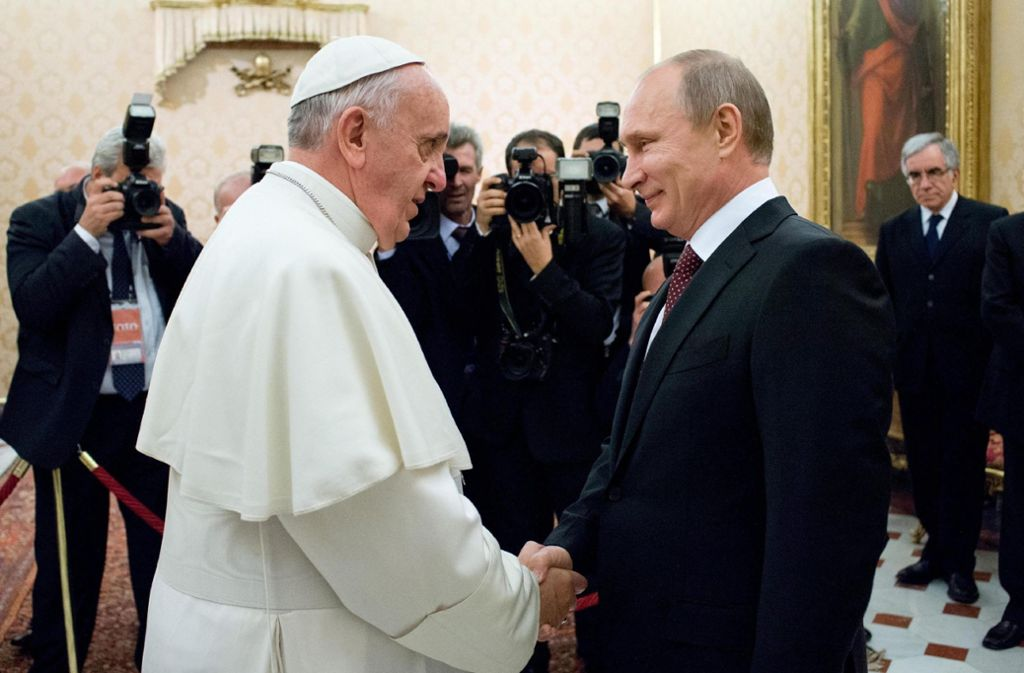 Papst Franziskus hat am Donnerstag den russischen Staatspräsidenten Wladimir Putin zu einer Audienz im Vatikan empfangen.  Dieses Bild zeigt eine frühere Zusammenkunft. Foto: dpa