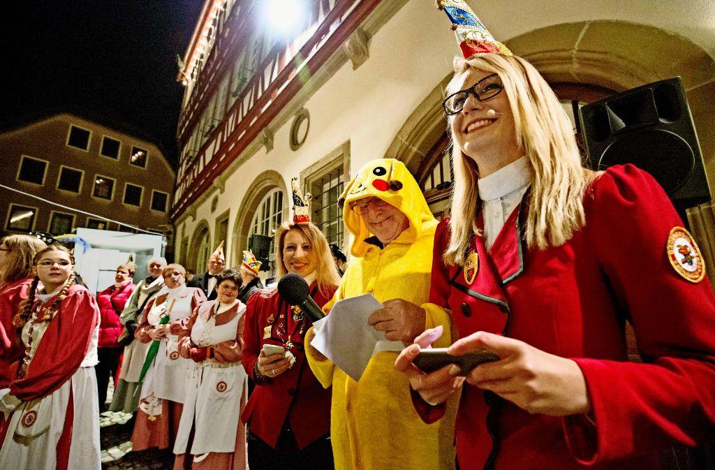 Der Ersten Bürgermeister Michael Balzer im Kostüm, umringt zwei Elferrätinnen, Foto: Michael Steinert
