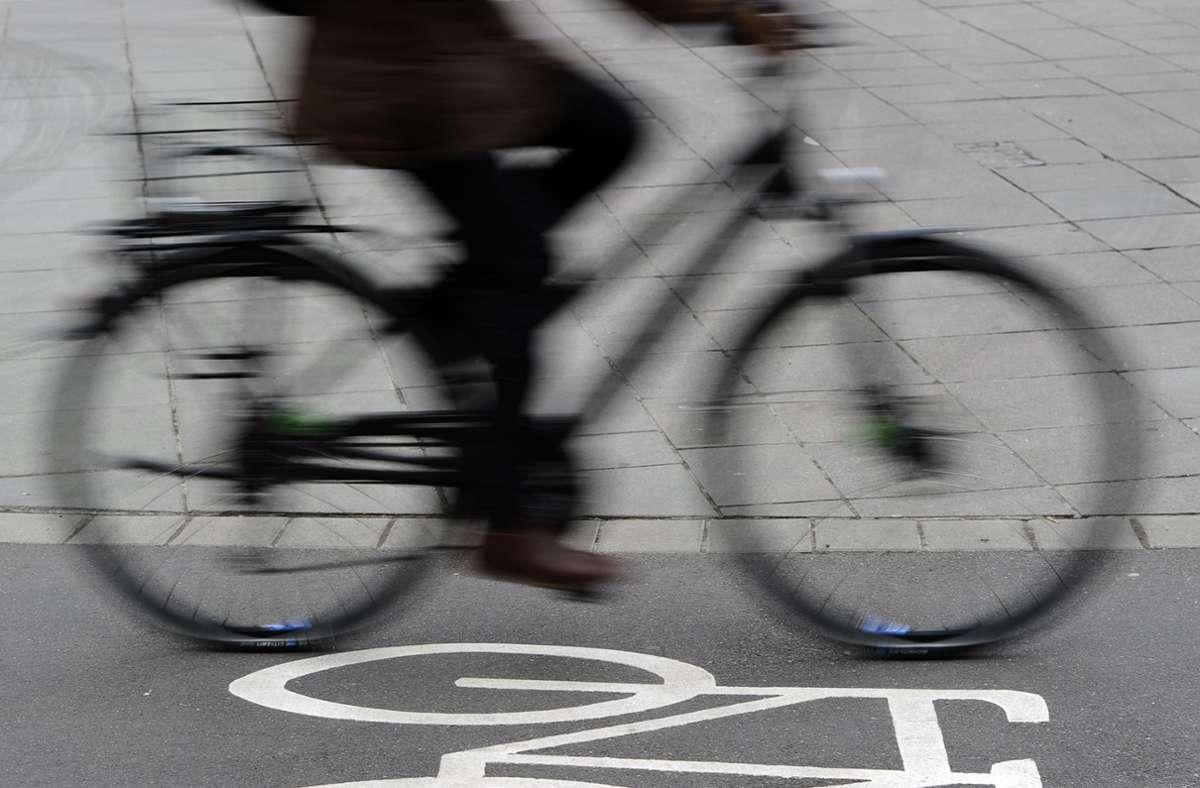 Der 54-jähriger Fahrradfahrer wurde von einem Rettungswagen in die Klinik gebracht. (Symbolfoto) Foto: picture alliance / dpa/Daniel Bockwoldt