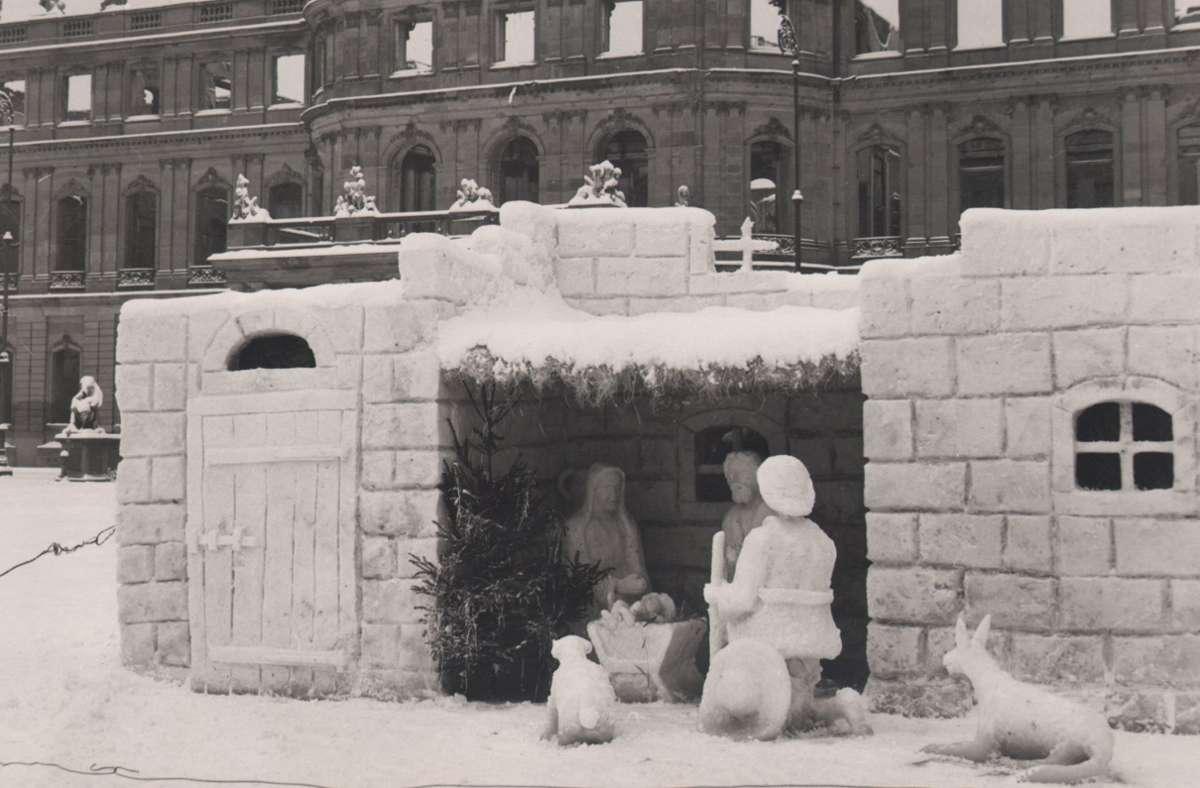 Advent nach dem  Krieg:  verschneite Krippe  vor der Ruine des Neuen Schlosses Foto: Karl Weber
