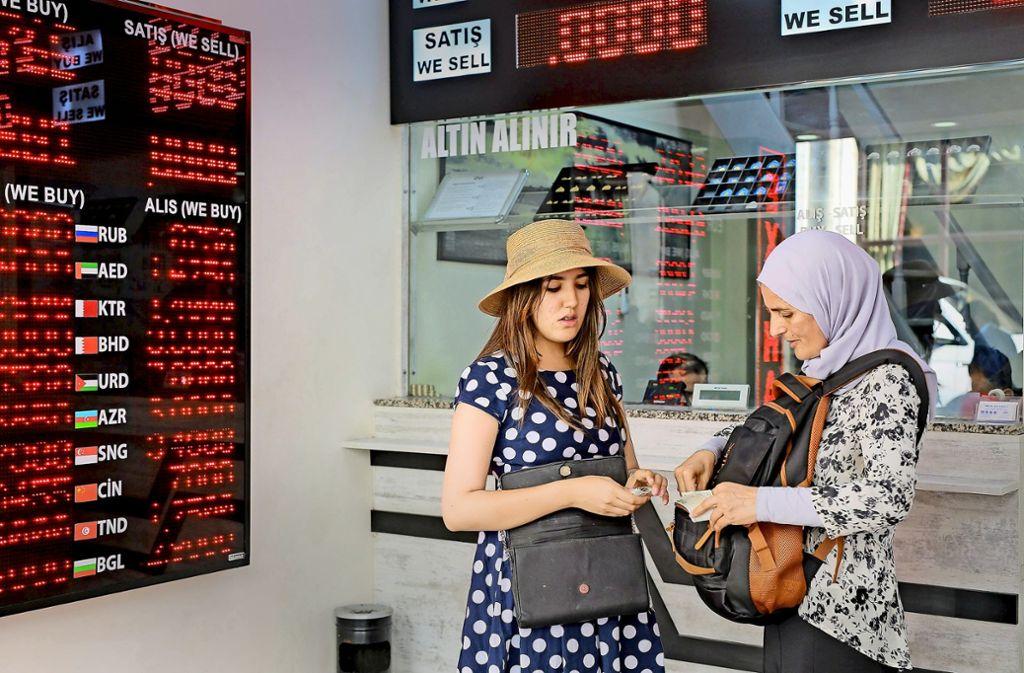 Wechselstube: Derzeit tauschen viele Türken ihre Lira in Dollar um, weil der Wert der türkischen Währung im freien Fall ist. Foto: