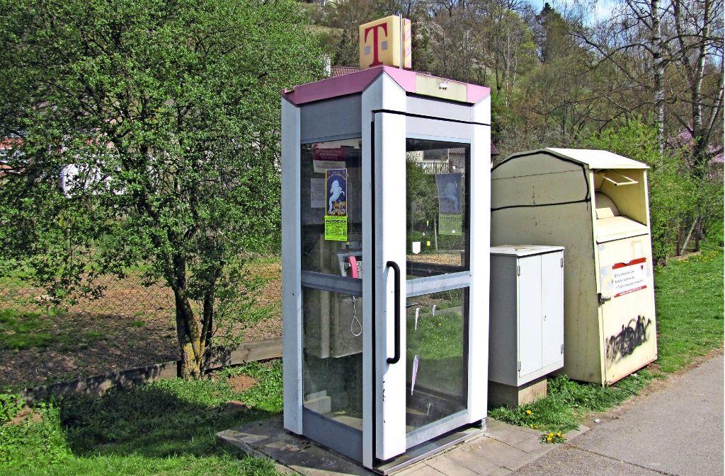 Früher stark frequentiert,  heute verwaist: Auch die Telefonzelle an der Waldenbucher Bahnhofstraße ist für die Telekom unrentabel und wird abgebaut. Foto: Claudia Barner