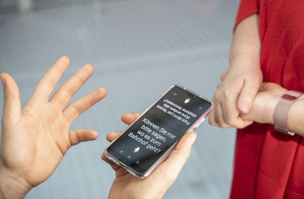Die Sprachwelt wächst zusammen: Inzwischen gibt es auch Apps, die eine Konservation in Sprachen, die man nicht spricht ermöglicht. Foto: dpa-tmn/Zacharie Scheurer