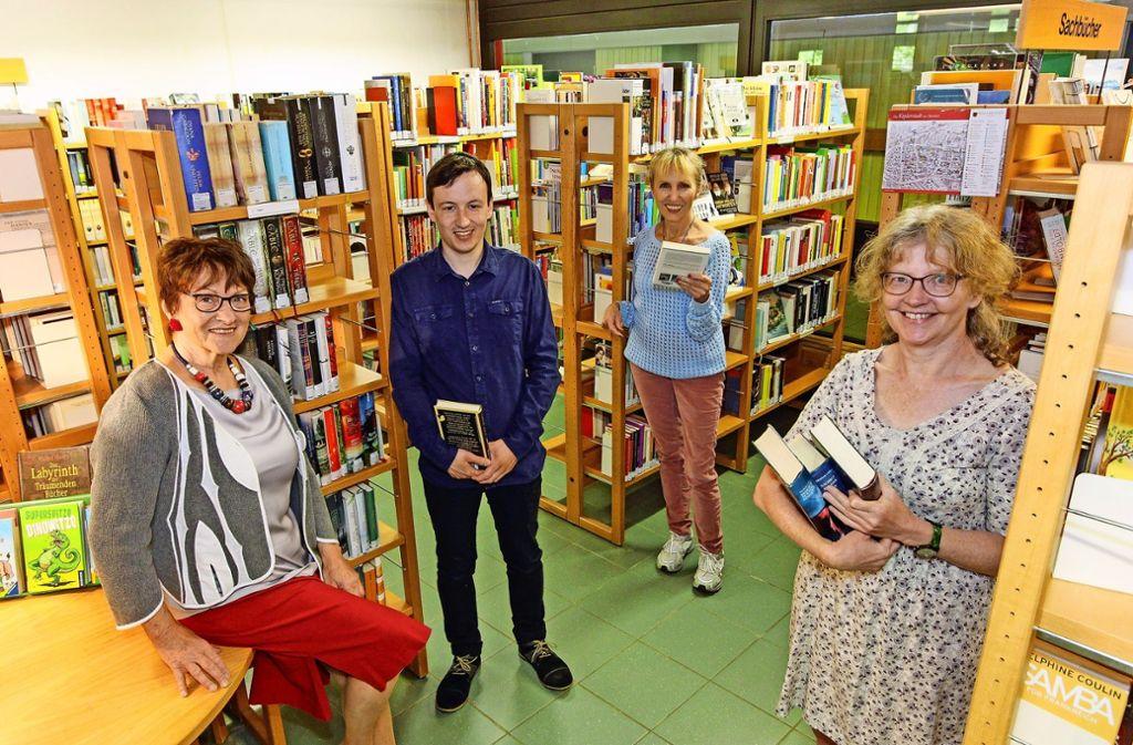 Christa Veeh (links) hat die Bücherei 50 Jahre lang geprägt. Florian Dolvig und Rita Kohstall (rechts) leiten die kleine Einrichtung heute Foto: factum/Bach