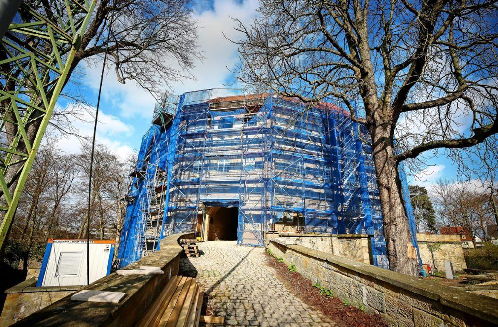 Die Fassade soll im Juni fertig saniert sein. Dann soll auch das Gerüst abgebaut werden. Foto: factum/Simon Granville