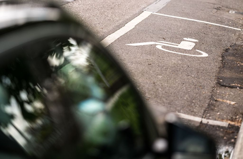Vorm  Eingang der Jugendherbergein Stuttgart sind zwei  Behindertenparkplätze ausgewiesen. Wer keinen Behindertenausweis vorweisen kann, bekommt einen Strafzettel. Foto: Lichtgut/Max Kovalenko