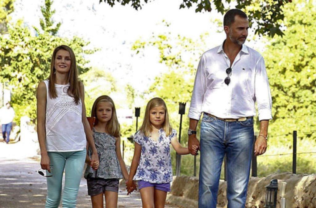 Auch Royals machen mal Urlaub: Kronprinz Felipe von Spanien und seine Frau Letizia spannen wie jedes Jahr auf der Ferieninsel Mallorca aus. Mit von der Partie: Die Prinzessinnen Leonor (7) und Sofía (6). Foto: dpa