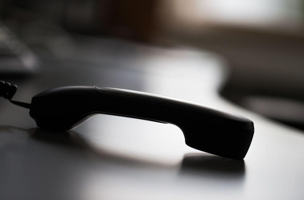 Der Betrüger hat die Frau am Dienstag angerufen (Symbolbild). Foto: dpa/Rolf Vennenbernd