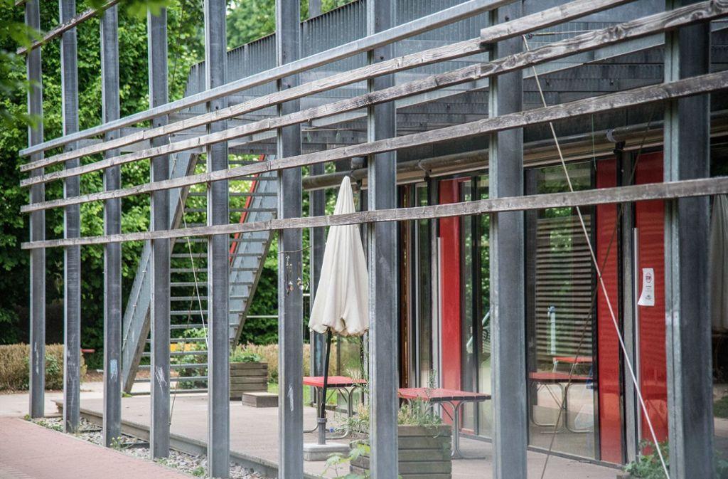 Die Polizei sicherte Spuren beim Nürtinger Kinderhaus in der Mühlstraße. Foto: SDMG