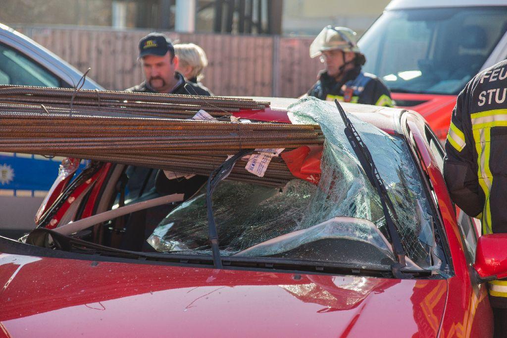 Durch Eisenstangen wird ein 79-jähriger Autofahrer am Donnerstag in Stuttgart-Münster schwer am Kopf verletzt. Foto: www.7aktuell.de | Frank Herlinger