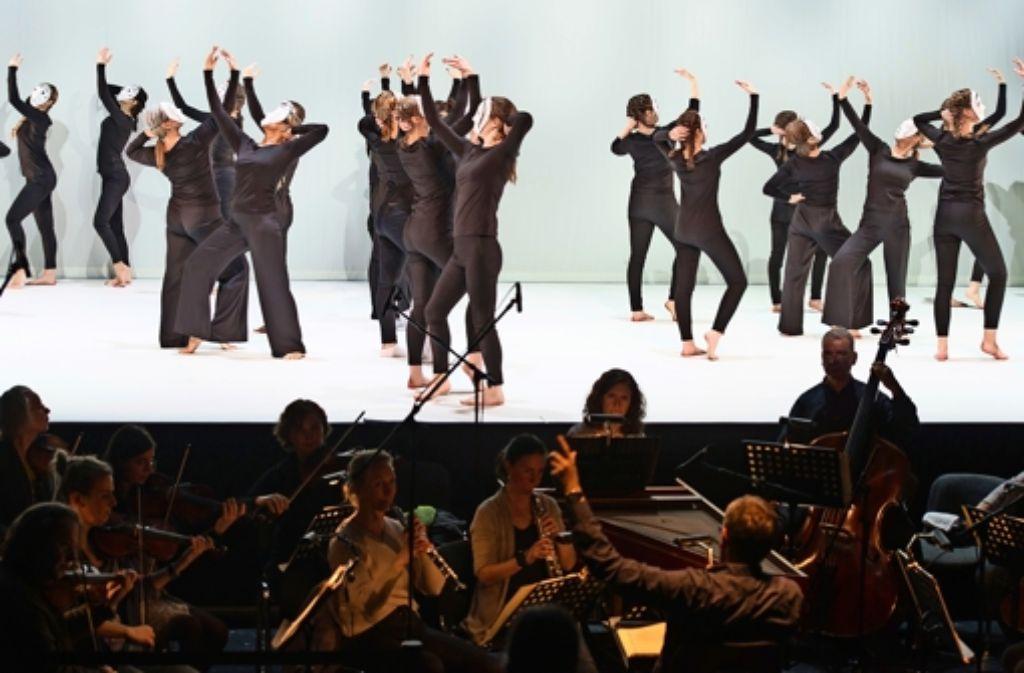 Den Kindern und Jugendlichen wird in dem Projekt der Komponist Bach nähergebracht – ob sie Tanzerfahrung haben oder nicht. Foto: z/Holger Schneider