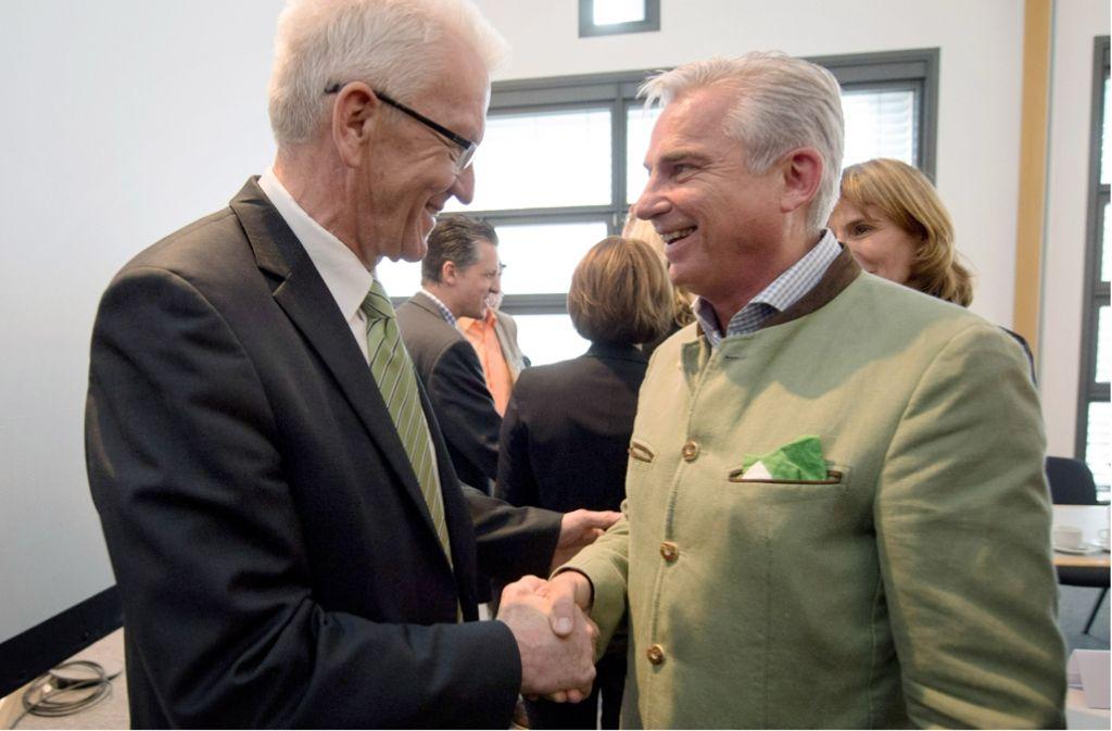 CDU-Landeschef Thomas Strobl (rechts) sorgte nach den jüngsten Koalitionsverhandlungen vor allem mit seinem Outfit für Gesprächsstoff. Ministerpräsident Winfried Kretschmann (links) blieb eher konventionell. Foto: dpa