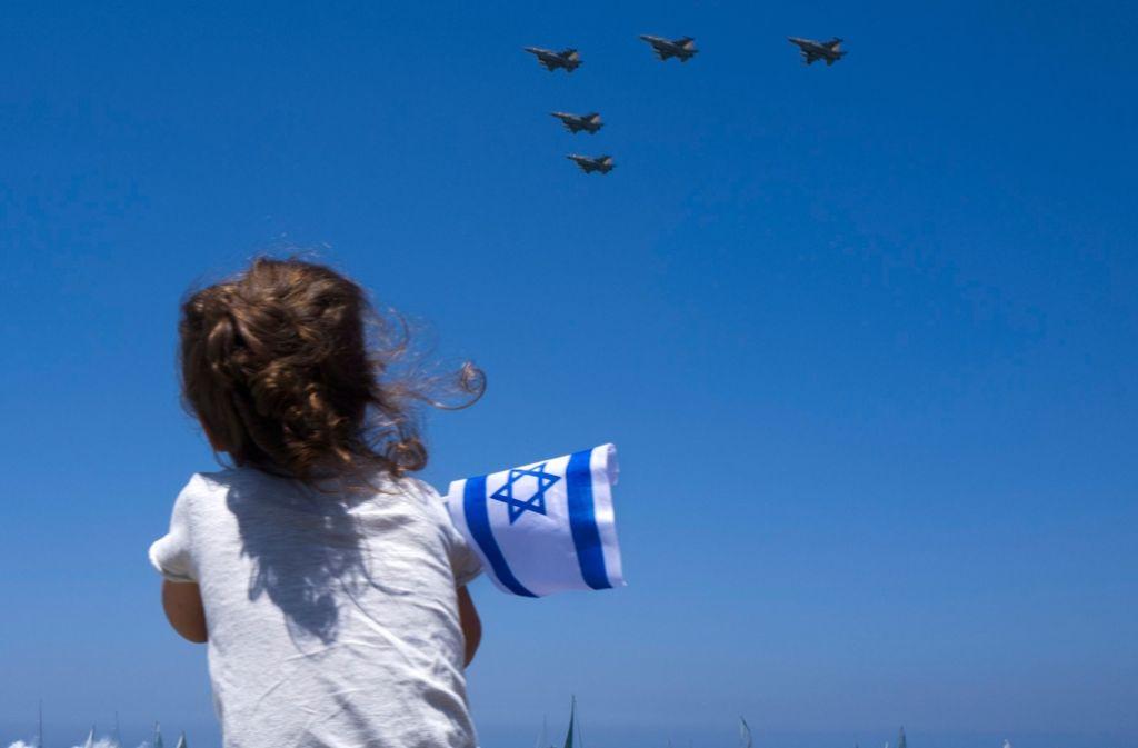 Ein israelisches Mädchen verfolgt eine Vorführung der Luftwaffe anlässlich des Unabhängigkeitstages. Die israelische Luftwaffe soll von dem neuen Abkommen profitieren. Foto: dpa