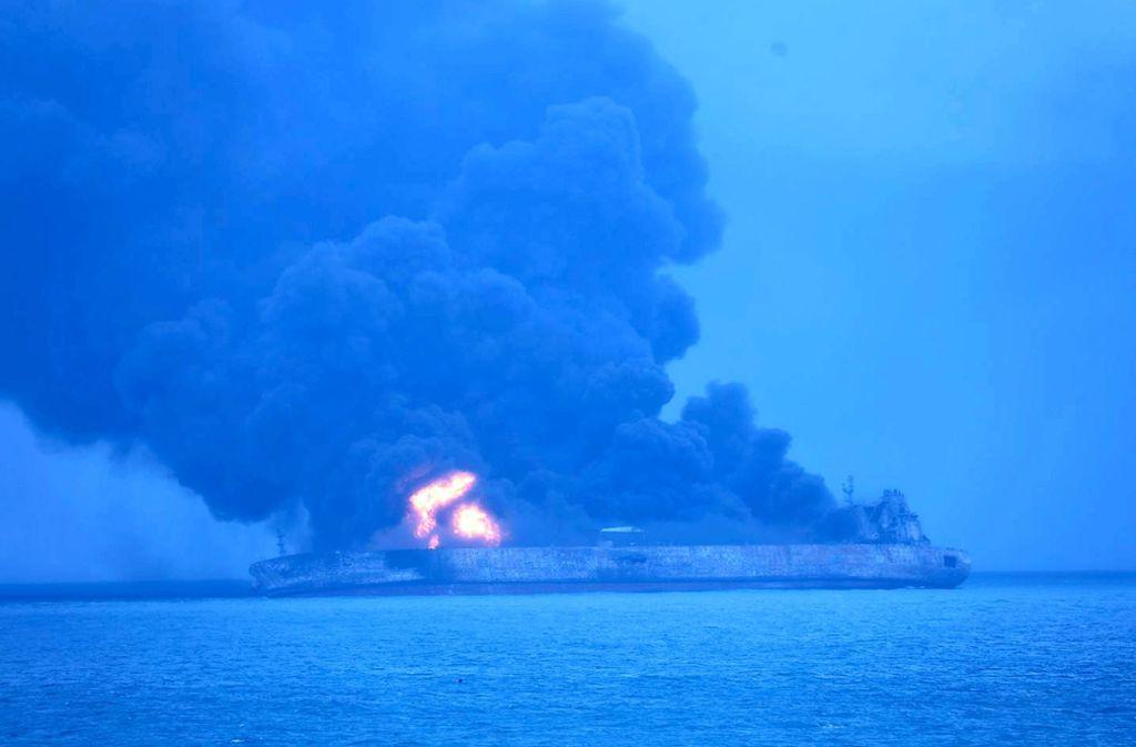 """Das Foto, das von der südkoreanischen Küstenwache zur Verfügung gestellt wurde, zeigt den brennenden Öltanker """"Sanchi"""". Foto: Korea Coast Guard/AP"""