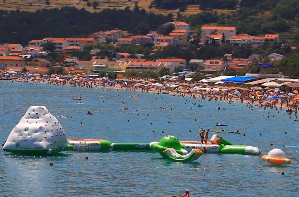 Was muss, das muss: Viele Badegäste erleichtern sich im Meer. Foto: Glomex/Bits Project News