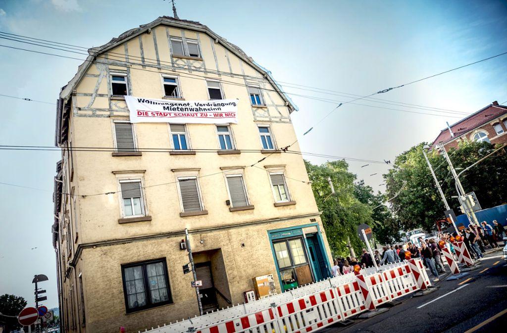Temporär haben sich Aktivisten vor dem Gebäude in Stuttgart breitgemacht. Foto: Lichtgut/Julian Rettig