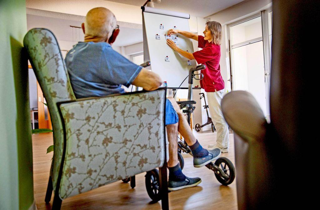In der Tagespflege trainieren die Gäste unter anderem ihre kognitiven Fähigkeiten bei gemeinsamen Aktivitäten. Foto: Gottfried Stoppel