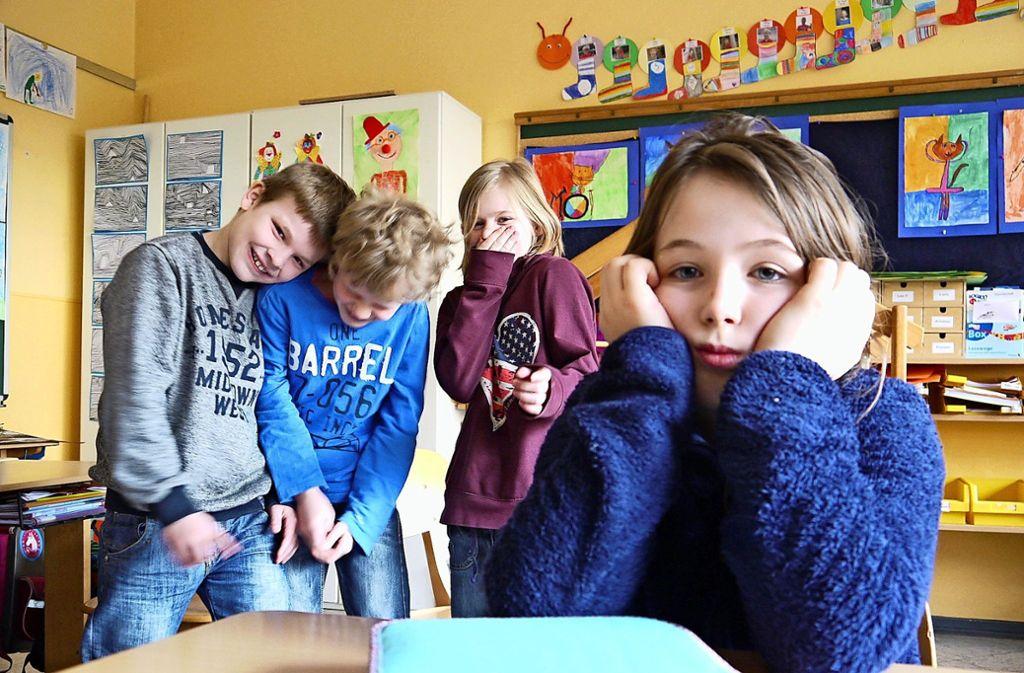 Mobbing ist in vielen Klassenzimmern Alltag: Schikanen von Mitschülern können jeden treffen Foto: dpa