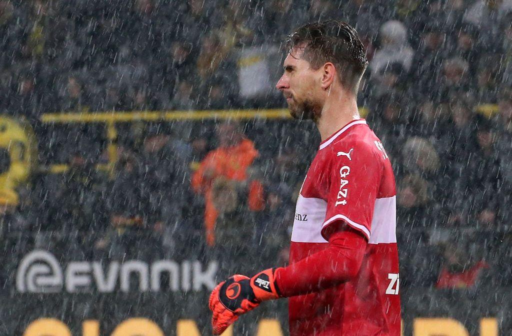 Ron-Robert Zieler im Dauerregen von Dortmund Foto: Baumann