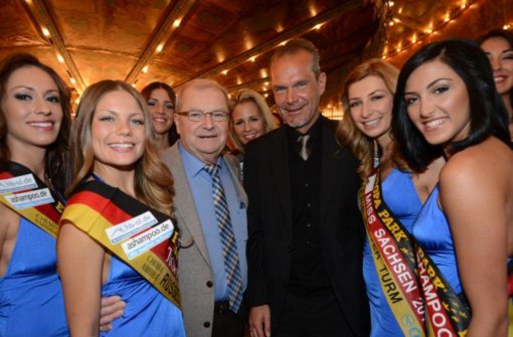 Die Veranstalter der Miss Germany-Wahl, Horst (links) und Ralf Klemmer, posieren mit den Teilnehmerinnen im Europapark in Rust für den Fotografen. Foto: dpa