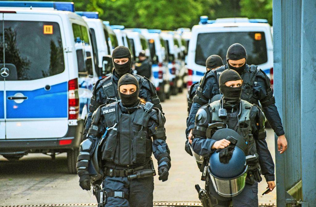 Großeinsatz in aller Frühe: Fast 300 Flüchtlinge sind kontrolliert worden, 27  haben sich widersetzt und wurden zunächst in Gewahrsam genommen. Foto: SDMG, Getty, dpa