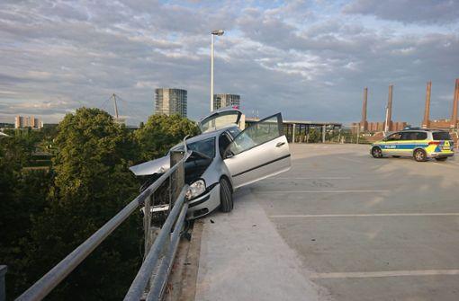 Beim Driften – Auto stürzt beinahe von Parkhausdach