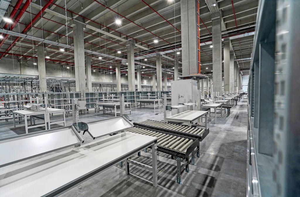 Noch ist alles grau, aber bald schon sollen hier bis zu 700 Mitarbeiter im neuen Logistikzentrum Breuningers in Sachsenheim arbeiten Foto: factum/Bach