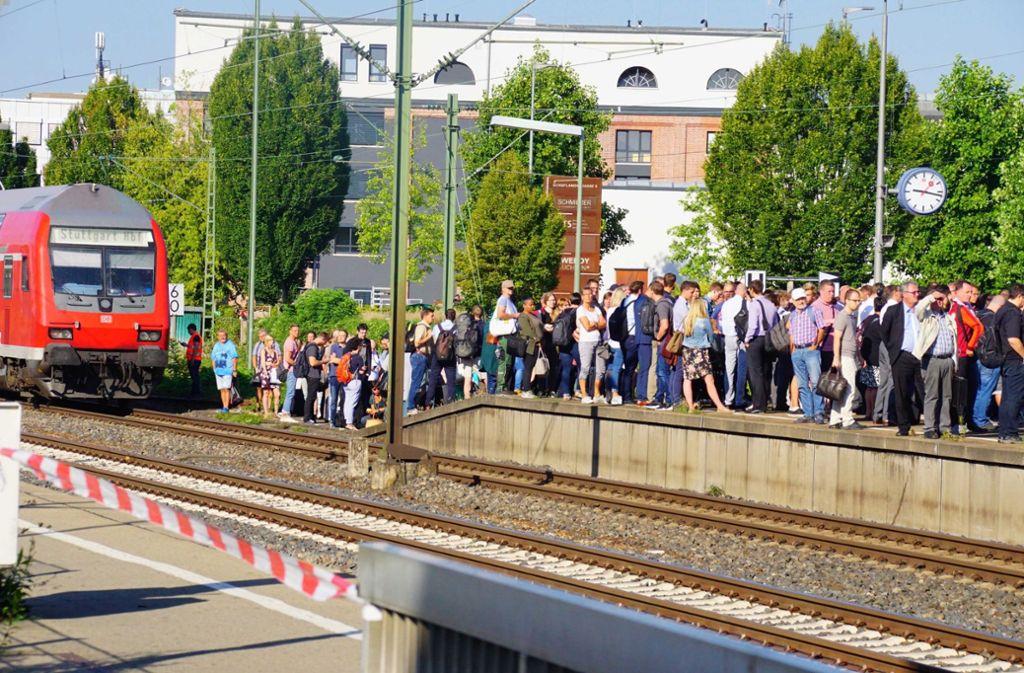 Die Fahrt von vielen Passagieren hat sich durch den Unfall stark verzögert. Foto: Andreas Rosar Fotoagentur-Stuttg