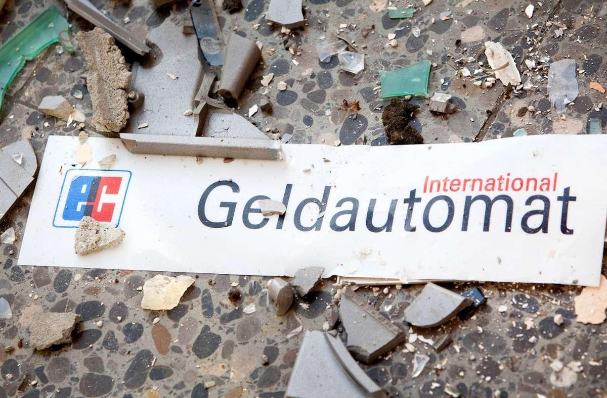 Gesteinsbrocken flogen durch die Luft und lagen danach auf den angrenzenden Straßen, so die Polizei. (Symbolbild) Foto: dpa/Patrick Pleul