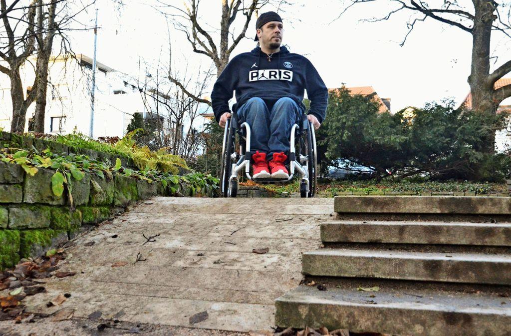 Ohne Hilfe seien die neuen Rampen für Rollstuhl- und Rollatorfahrer kaum zu bewältigen, sagt Ivo Josipovic. Sie sind zu steil. Foto: Sandra Hintermayr