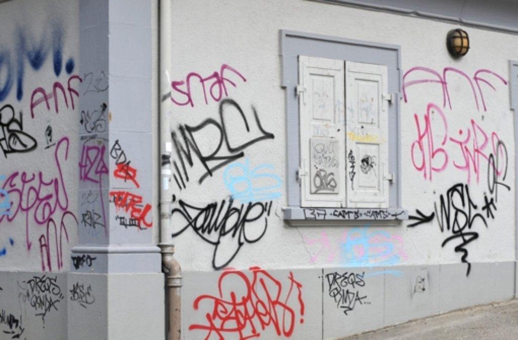 Auf frischer Tat ertappen Polizisten einen 19-jährigen Graffiti-Sprayer in der Neckarstraße in Stuttgart. Der versteckt sich in einem Gebüsch, wird aber doch geschnappt. Foto: dpa/Symbolbild