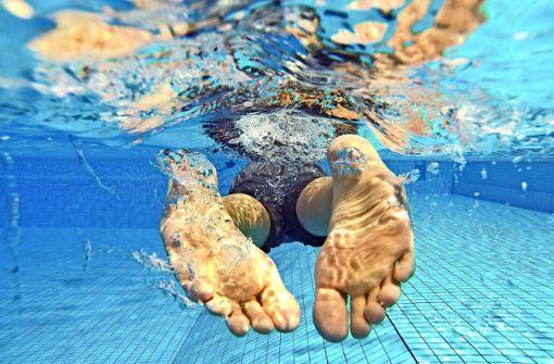 Polizisten in Badehosen angeln sich aggressiven Schwimmer