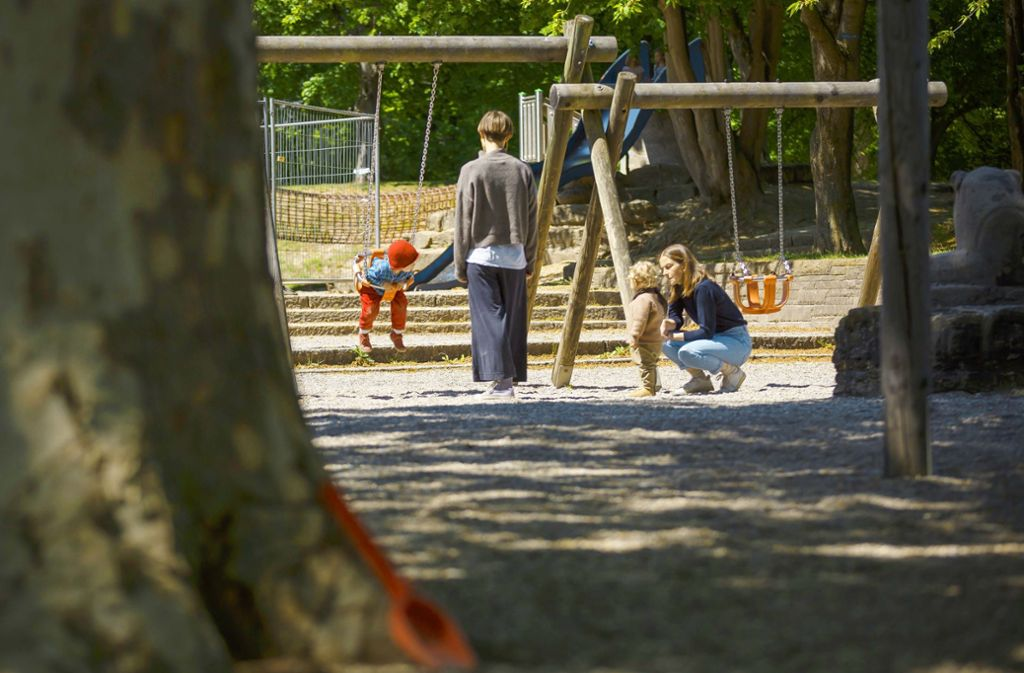 Endlich wieder schaukeln auf dem Spielplatz. Foto: Lichtgut/Julian Rettig