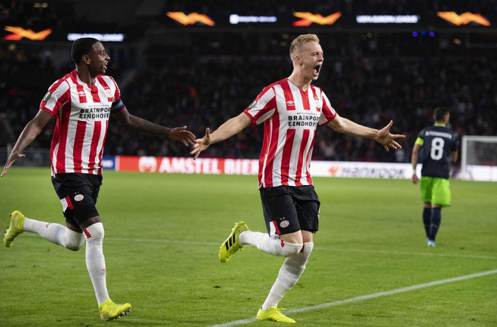 Eindhovens Timo Baumgartl (re.) bejubelt seinen Treffer zum 3:1 gegen Sporting Lissabon. Foto: AFP/Olaf Kraak