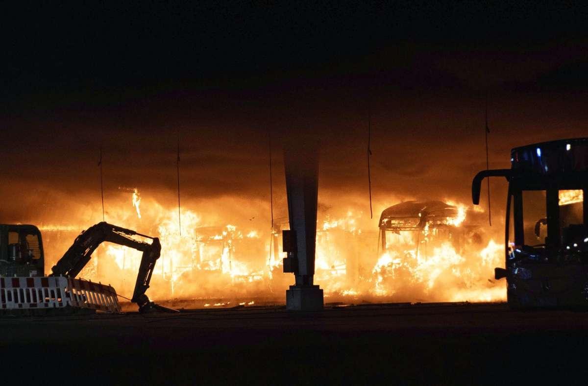 Mindestens zehn Busse sollen in Brand geraten sein. Platzende Reifen verursachten Explosionsgeräusche. Foto: 7aktuell.de/Andreas Werner