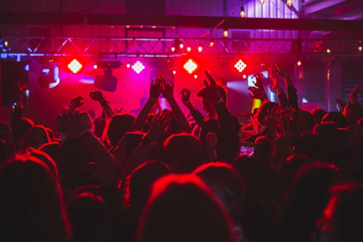 Endlich wieder feiern gehen! Wir verraten euch 10 Gedanken, die man zurück im Club hat.  Foto: Unsplash/Long Truong