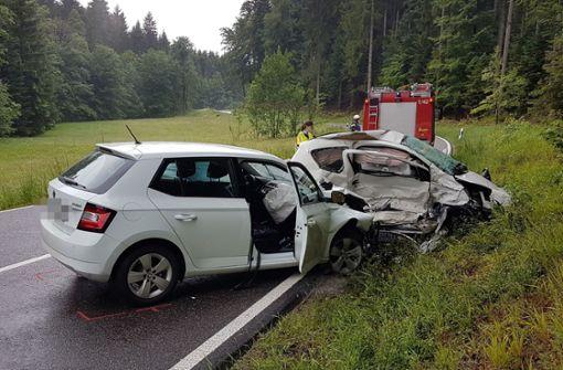 Autos kollidieren – 45-Jährige stirbt, zwei Menschen verletzt