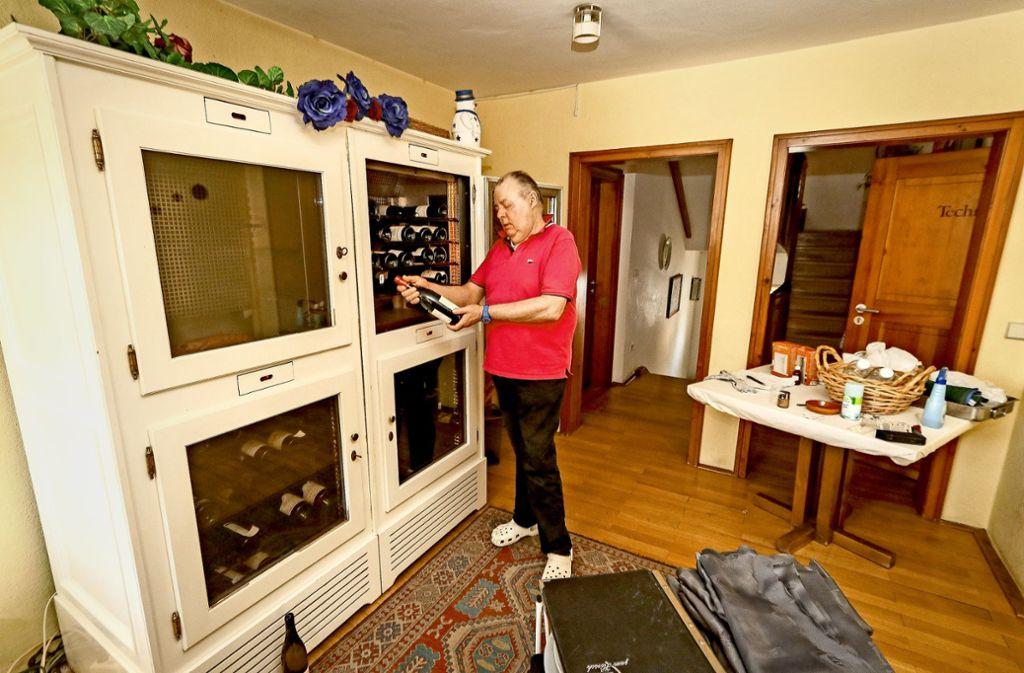 Sechs Grad für den Weißwein, 16 Grad für den Roten: Claus-Peter Giffhorn steht vor seinem Weinklimaschrank. Auch der muss raus. Foto: factum/Granville