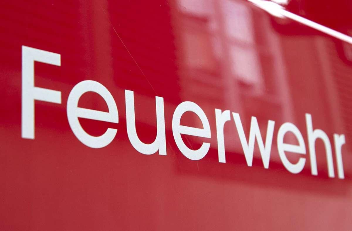 In Sindelfingen hat ein Smart während der Fahrt Feuer gefangen. Die  Feuerwehr musste die Flammen löschen. Foto: Eibner-Pressefoto/Fleig / Eibner-Pressefoto
