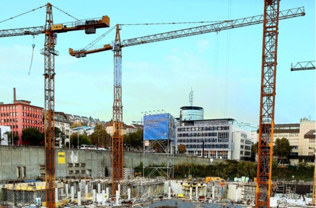 In der großen Baugrube neben der Stadtbibliothek ist die Tiefgarage für das neue Einkaufszentrum Milaneo zum Teil bereits im Rohbau erstellt Foto: Achim Zweygarth