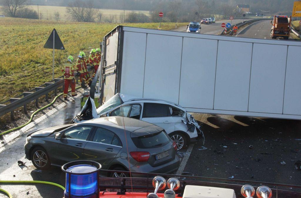 Bei Metzingen ereignete sich ein schlimmer Unfall. Foto: Andreas Rosar Fotoagentur-Stuttg