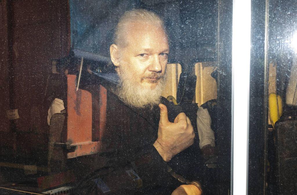 Julian Assange in Handschellen: Der Wikileaks-Gründer wurde am Donnerstag in London verhaftet. Foto: www.imago-images.de