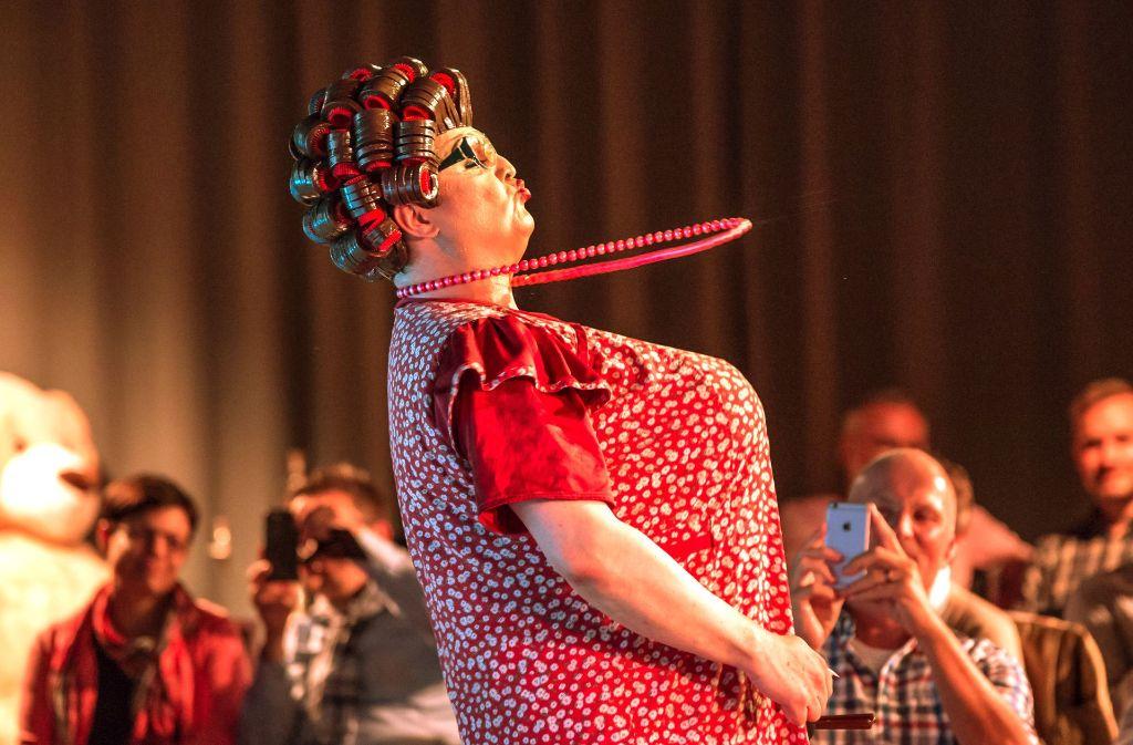 Frl. Wommy Wonder als Putzfrau Elfriede Schäufele in der Sparda-Welt. Foto: Lichtgut/Rettig