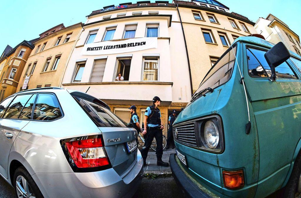 Möbelpacker räumen die besetzten Wohungen leer. Die Polizei unterstützt den Einsatz. Foto: dpa, Lichtgut/Kovalenko