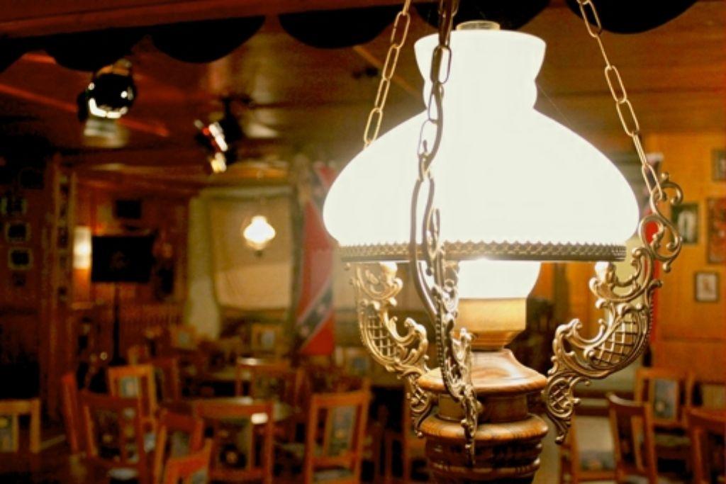 Der Golden-Nugget-Saloon des Country- und Western-Clubs: von der Decke baumeln rustikale Glasleuchten, in den Vitrinen hängen antike Schwarzpulverpistolen. Foto: Isabelle Butschek