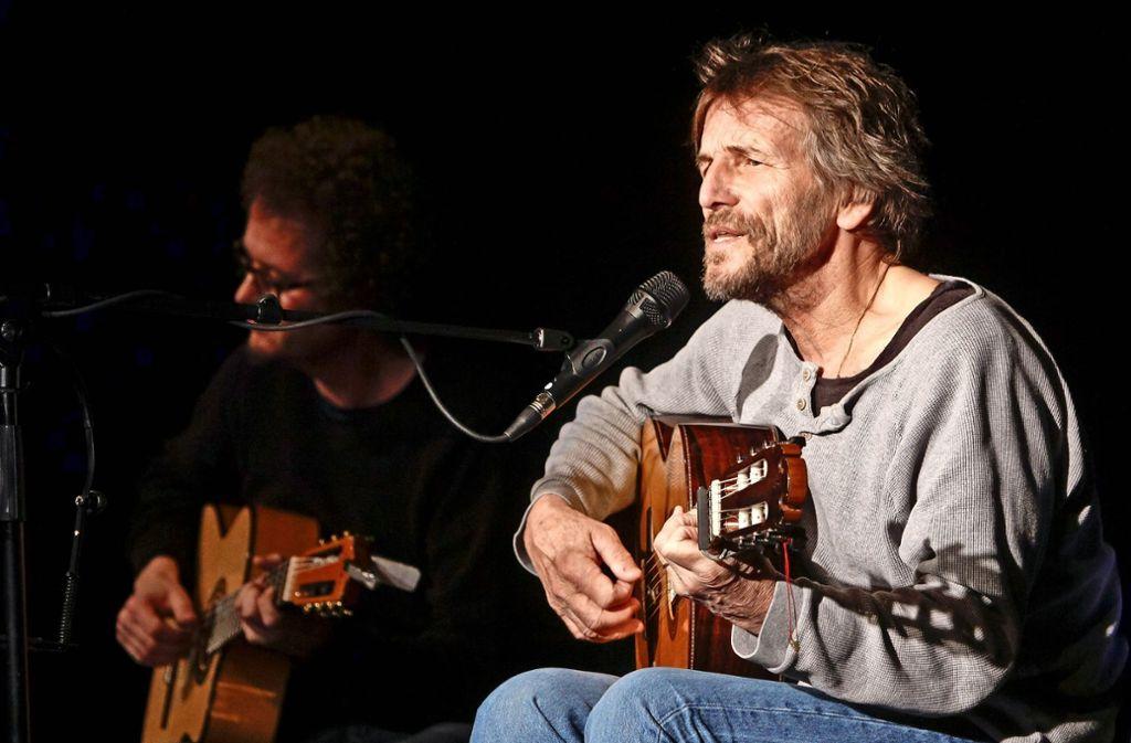 Eine Gitarre  und die Sprache genügen Hans Söllner. Foto: factum/Bach