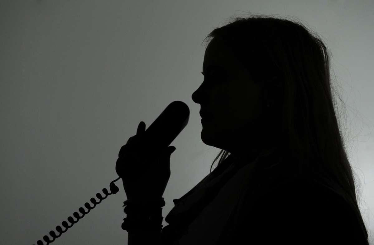 Mehrere Frauen erzählten dem betrogenen Ehepaar am Telefon eine Lügengeschichte (Symbolbild). Foto: dpa/Jan-Philipp Strobel