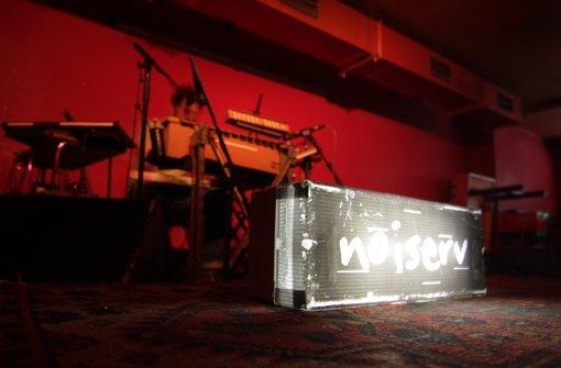 Damit auch jeder weiß, wer da auf der Bühne steht – weitere Bilder vom Noiserv-Konzert im Zwölfzehn am Montagabend zeigt die Fotostrecke. Foto: Jan Georg Plavec