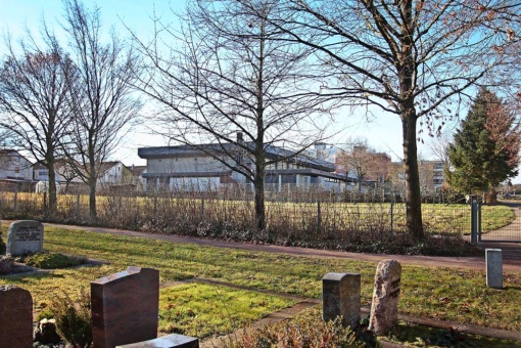 Zwischen Strohgäuhalle und Friedhof wird von März an die Flüchtlingsunterkunft gebaut. Foto: factum/Granville