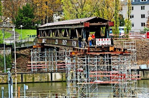 Der Neckarsteg verschwindet nun ganz